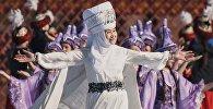 Архивное фото артистов во время театрализованного представления в честь праздника Нооруз на центральной площади Ала-Тоо в Бишкеке