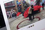 Житель города Урумчи делает предложение своей девушке, фото со страницы Твиттер пользователя ShanghaiExpat
