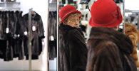 Покупательница во время примерки шубы в магазине. Архивное фото