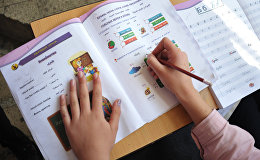 Школьница на уроке русского языка. Архивное фото