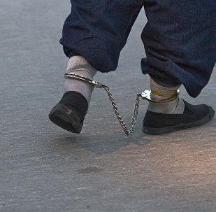 Заключенный мужчина в наручниках. Архивное фото