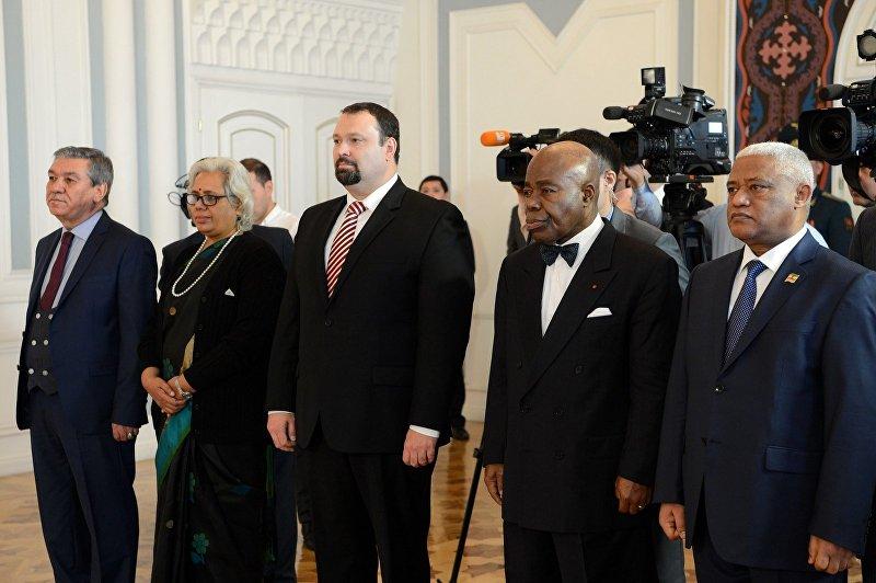 Президент КР Алмазбек Атамбаев принял верительные грамоты у чрезвычайных и полномочных послов пяти стран.