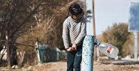 Девочка набирает воду из колонки. Архивное фото