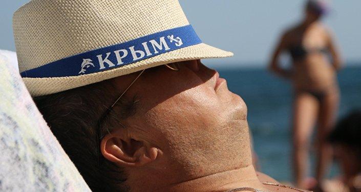 Крымда эс алган турист. Архивдик сүрөт