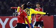 Игроки футбольных клубов Дордой и Истиклол во время матча в групповом этапе Кубка Азиатской футбольной конфедерации (AFC) в Душанбе