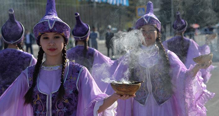 Девушка в национальной одежде на праздновании Нооруза на площади Ала-Тоо. Архивное фото