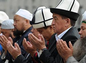 Премьер-министр Кыргызстана Сооронбай Жээнбеков во время айт-намаза. Архивное фото