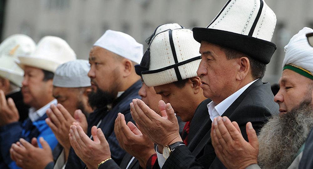 Президент Кыргызстана Сооронбай Жээнбеков на праздничном айт намазе. Архивное фото