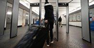 Пассажир проходит через рамки металлоискателей в аэропорту. Архивное фото