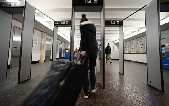 Девушка с багажом. Архивное фото