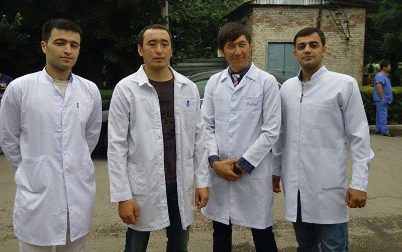 Врач в Тюпской районной больнице Иссык-Кулськой области Айбек Алимжан уулу (второй справа)