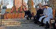 Премьер-министр Сооронбай Жээнбеков, президент аппаратынын жетекчиси Сапар Исаков Боспиекке барып, каргашалуу Аксы окуясын эскеришти