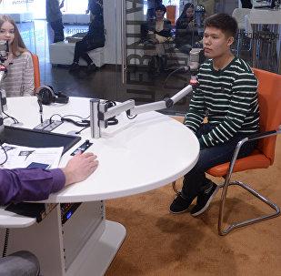 Двое участников музыкального шоу Ты супер!, мечтающие о профессии журналиста, стали ведущими эфира из студии Sputnik — Радиорубки Левитана