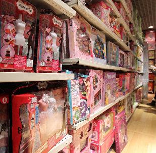 Посетители магазина отделе детских игрушек. Архивное фото