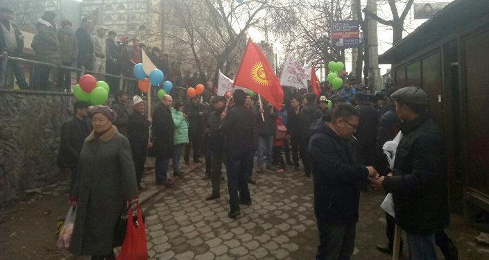 Колонна активистов с журналистами и политиками шла по проспекту Байтик Баатыра/Абдрахманова до проспекта Чуй