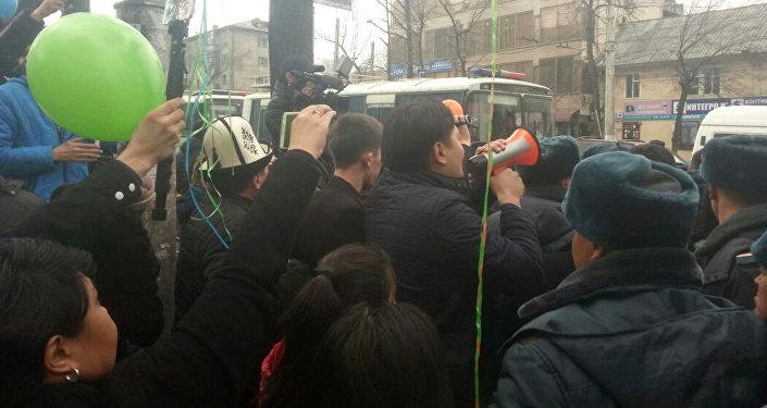 На пересечении с улицей Московской милиция задержала несколько активистов.