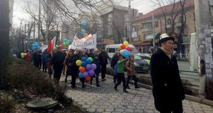 В Бишкеке состоялся марш За политические права и свободу слова, во время которого были задержаны несколько активистов