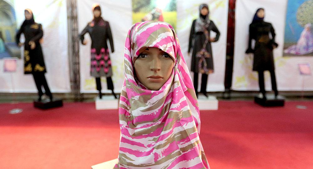 Хиджаб на манекене на выставке исламской моды. Архивное фото