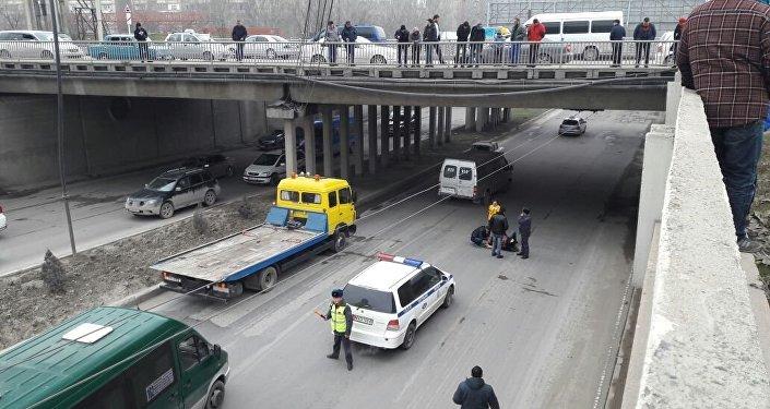 По предварительной информации, парень, упавший с моста в столице, пытался сделать селфи, сообщили в пресс-службе Главного управления внутренних дел Бишкека.