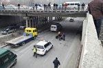 Сотрудники патрульной милиции на мосту по улице Шабдан Батыра, где молодой парень пытался повесится