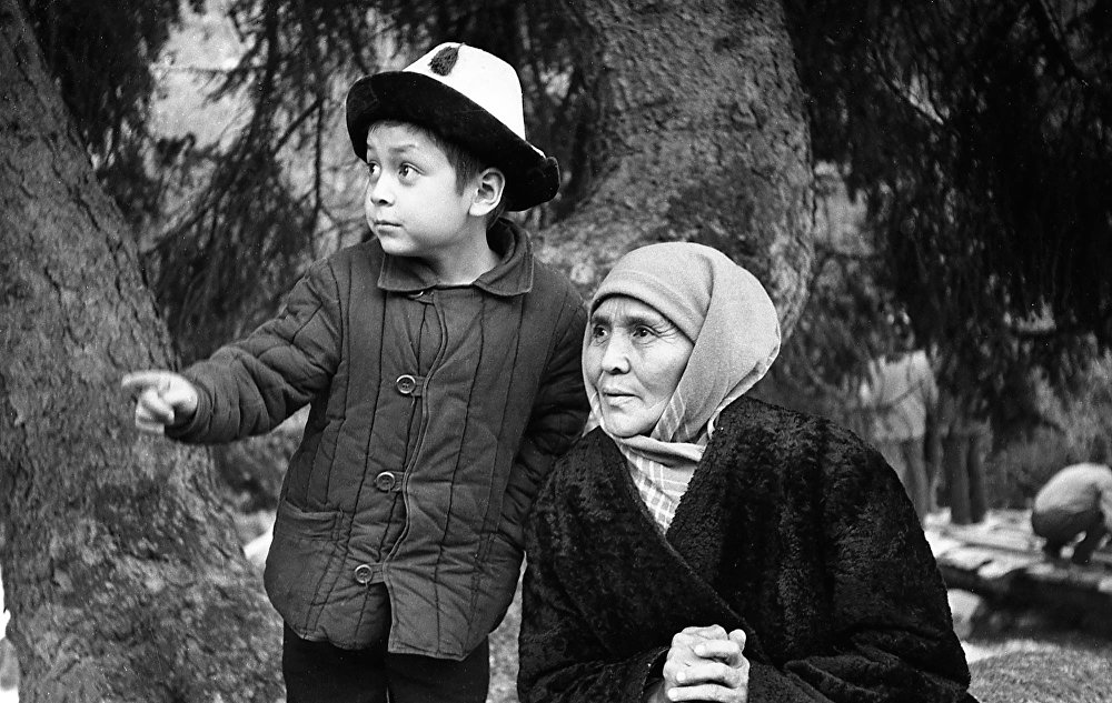 Сабира Кумушалиева и Нургазы Сыдыгалиев в детстве. Экранизация знаменитой повести Белый пароход