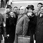 Бүткүл союздук кинфестиваль учурунда. Россиялык конокторду аба майдандан тосуп алып жаткан ирмемдер. 1976-жыл