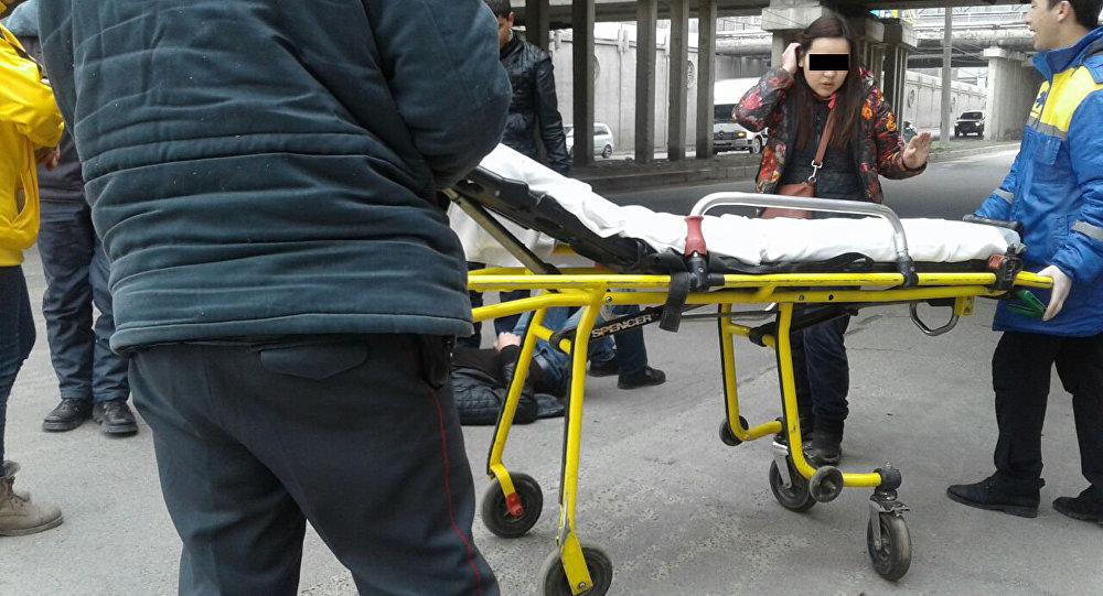 Сотрудники скорой помощи на мосту по улице Шабдан Батыра, где молодой парень упал с моста. Архивное фото