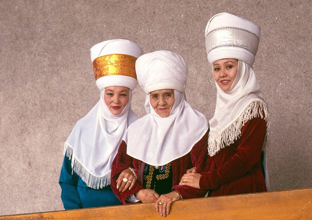 Актрисы Кыргызского национального драматического театра Тынара Абдразаева, Сабира Кумушалиева и Шайыр Касымалиева