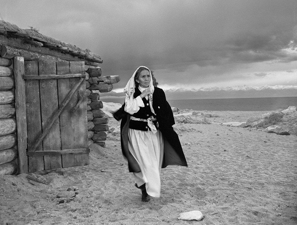 Сабира Кумушалиева сыграла бабушку главного героя в картине Сюда прилетают лебеди (режиссер — Юрий Борецкий)