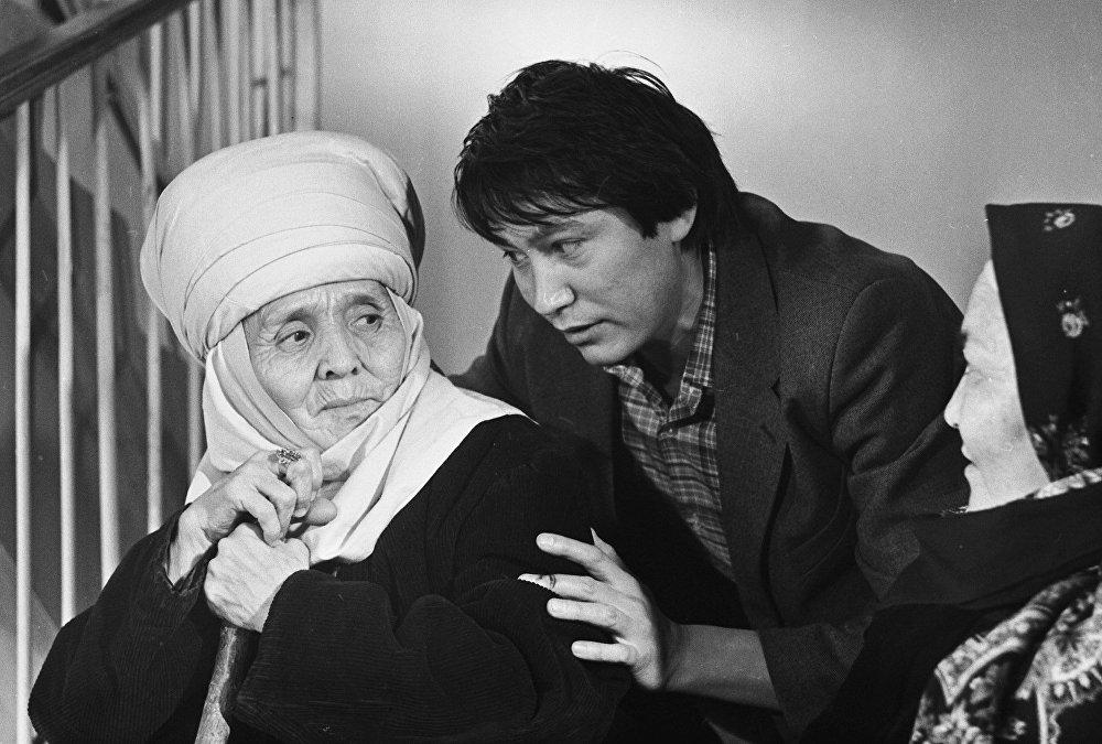 Зрители до сих пор с теплотой вспоминают фильм Лестница в доме с лифтом (режиссер — Аман Камчыбеков)