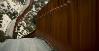 Стена на границе США с Мексикой в штате Калифорния. Архивное фото