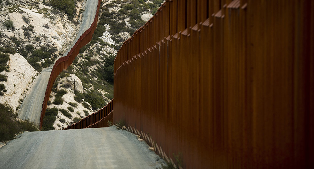 АКШ менен Мексиканын чек арасындагы там. Архив