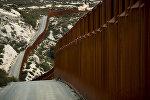 АКШ жана Мексиканын чек арасына курулуп жаткан дубал. Архив