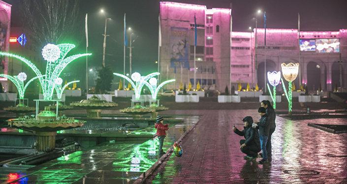 В пресс-службе мэрии сообщили, что за день до праздника на проспекте Чуй между улицей Абдрахманова и проспектом Манаса включат подсветку, смонтированную на проводах