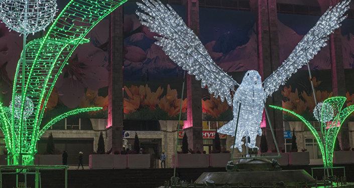 На площади Ала-Тоо в Бишкеке включили световые декорации, установленные к празднованию Нооруза