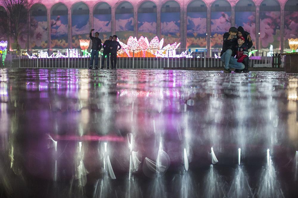 Бишкектин Ала-Тоо аянтында Нооруз майрамынын урматына жарык берүүчү декорациялар шаардыктарга кубаныч тартуулады