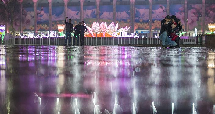 Для украшения площади муниципальное предприятие Бишкексвет разработало модель светящейся композиции, в которой учтены все особенности присутствующих здесь малых архитектурных форм