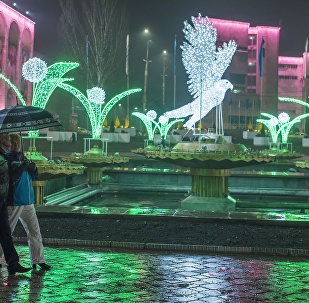 Горожане на площади Ала-Тоо во время дождя. Архивное фото
