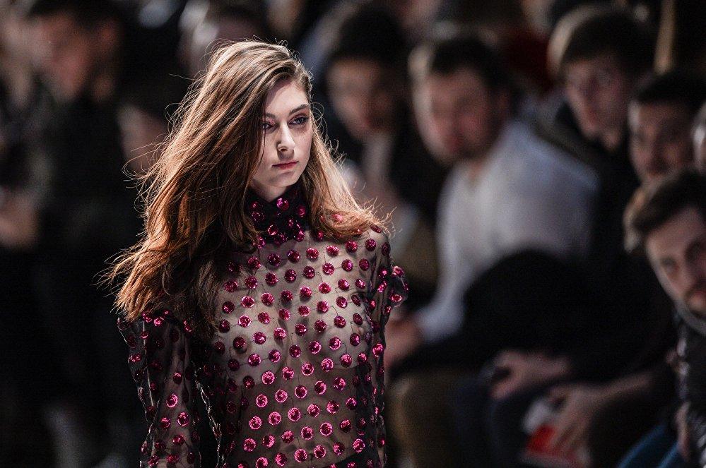 Mercedes-Benz Fashion Week Russia көргөзмөсүнүн алкагында дизайнер Александр Роговдун коллекциясы көрсөтүлдү