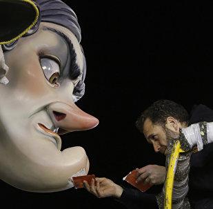 Наступление весны жители Валенсии встречают масштабным фестивалем Фальяс. Главный символ праздника - гигантские фигуры из папье-маше и дерева, изображающие известных людей. В последний день фестиваля кукол сжигают в честь Святого Иосифа, покровителя столярного дела