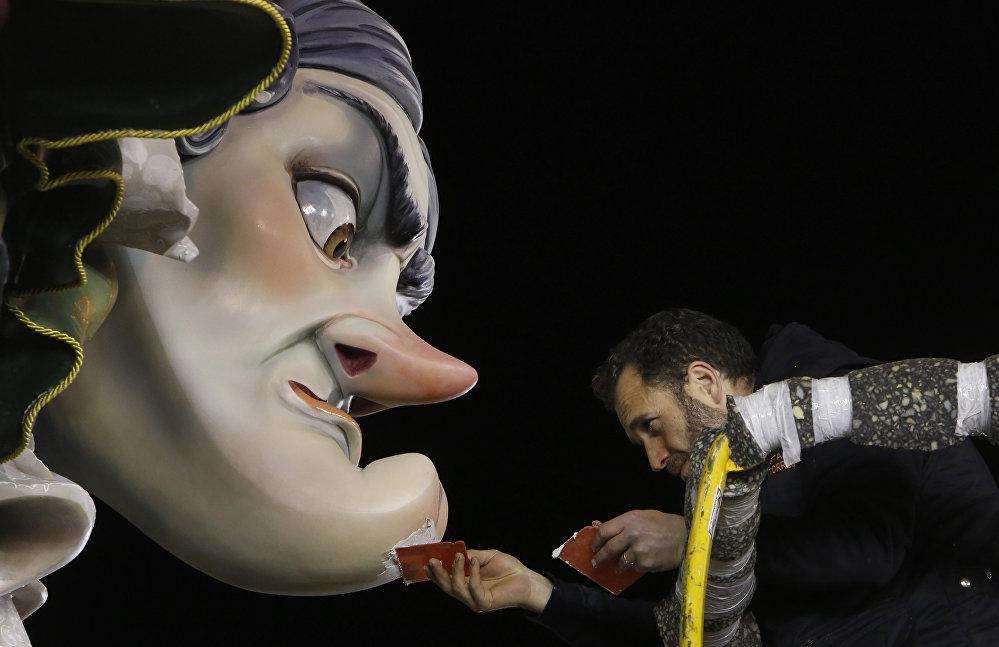 Валенсиянын тургундары Фальяс деп аталган жаз фестивалына даярдык көрүүдө. Майрамдын символу — белгилүү адамдардын папье-маше же жыгачтан жасалган фигуралары