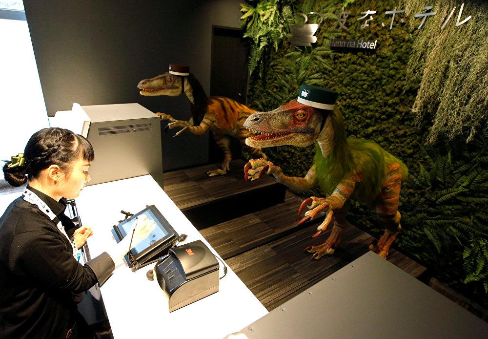 Токиодо ачылган Henn-na Hotel мейманканасында адамдарга караганда, роботтор көбүрөөк иштейт. Мисалы, администратордун ордунда япон, корей, англис, кытай тилдеринде сүйлөгөн динозавр отурат.
