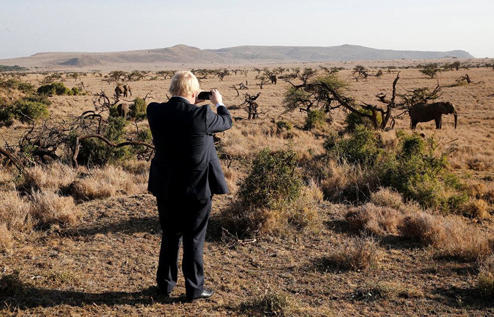 Улуу Британиянын тышкы иштер министри Борис Жонсон Кениянын жаратылыш коруктарынын биринде пилди сүрөткө тартып жатат