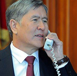 Президент Кыргызской Республики Алмазбек Атамбаев во время телефонного разговора. Архивное фото
