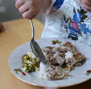 Ребенок обедает в столовой. Архивное фото