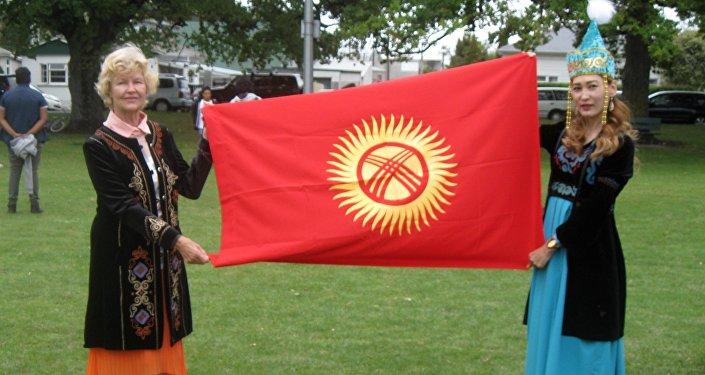 Жакында эле өзү менен кошо кайненесине, жолдошуна кыргыздын улуттук кийимдерин кийгизип ар улут катышкан фестивалга чыгып өлкөнүн атын таанытты