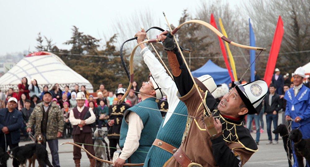 Участники республиканского турнира по салбурууну впервые выступили с показательными выступлениями на центральной площади Оша, в рамках мероприятий к празднованию Нооруза.
