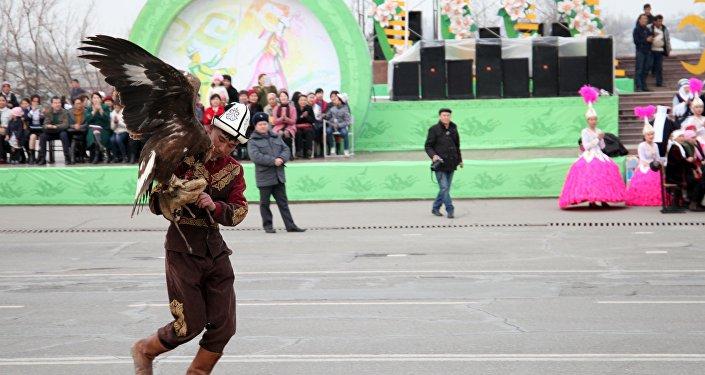 Также больше 80 участников турнира прошли маршем на центральной площади Оша.