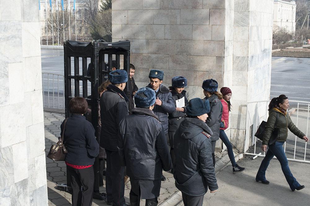 Милиция проверяла всех граждан с помощью металлодетекторов