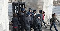 Сотрудники МВД у детектора металлоискателя на площади Ала-Тоо. Архивное фото